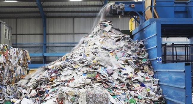 Dans une usine de transformation de déchets