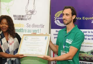 Ginette Mondongou Camara remettant le prix à Damien Martin