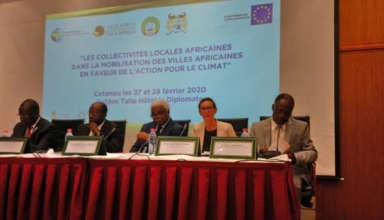 Le présidium lors du Forum des collectivités locales