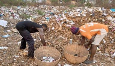Stanislas Hounguè et Aimé Ahouandjinou procédant au tri des déchets